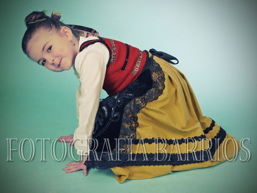fotografía niña traje regional